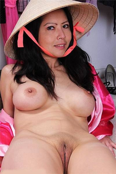 Зрелая азиатка с красивыми сиськами демонстрирует свою побритую щель