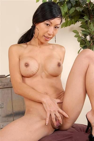 Азиатка с силиконовыми сиськами показала свою побритую киску