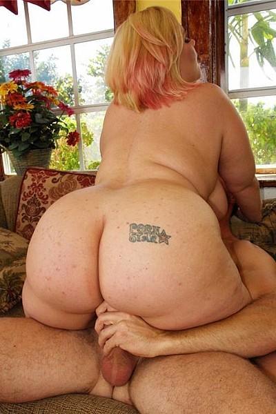 Толстая блондинка с большими дойками трахается с богатым любовником