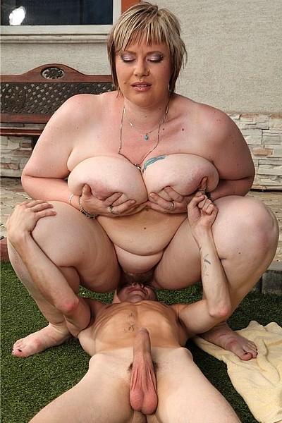 Толстая женщина попросила соседского парня полизать ей пизду