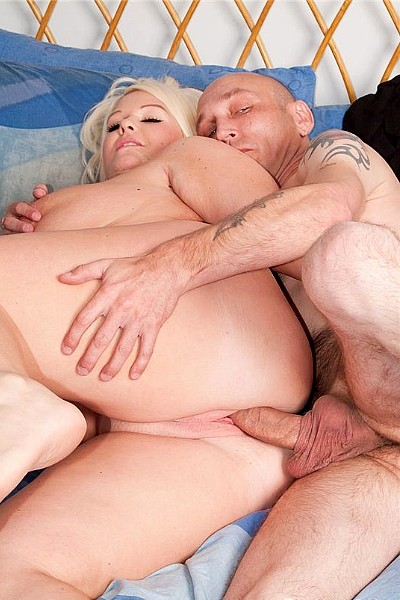 Худенький мужичок трахает толстую блондинку с большой грудью