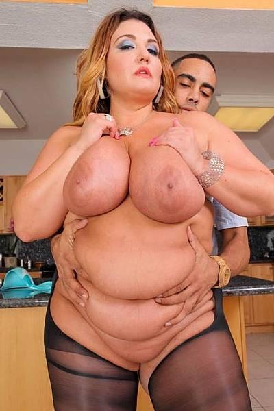 Очень толстая баба трахается с любовником на кухне