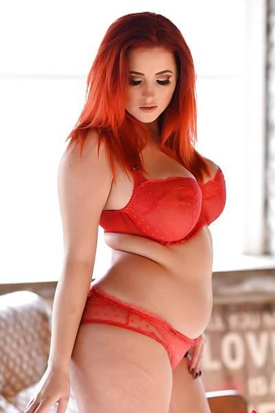 Рыжая толстушка в прозрачных сексуальных трусиках