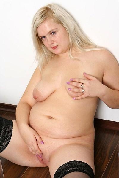Жирная девка дрочит пизду