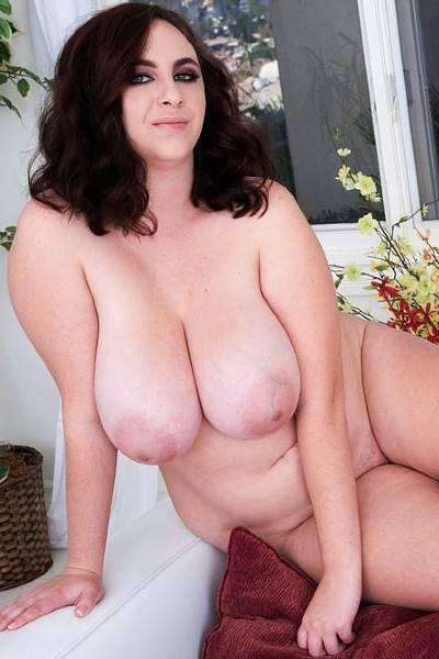 Толстушка Милли полизала соски на своих больших сиськах и собирается мастурбировать