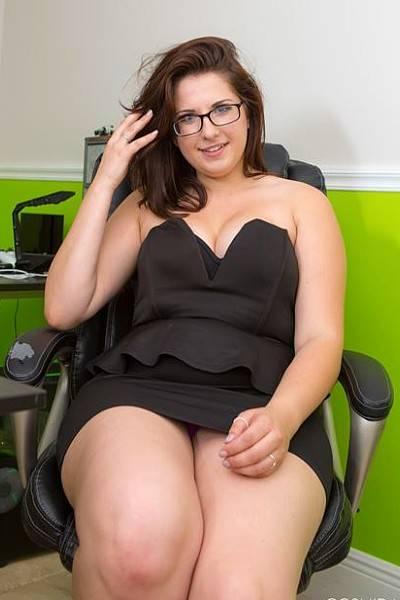 Толстая секретарша в офисе сняла трусы расширила жопу и разделась полностью
