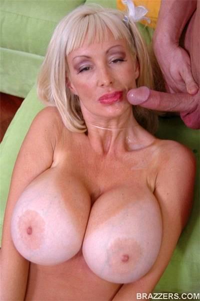 Зрелая блондинка с огромными сисями ебется с молодым хахалем
