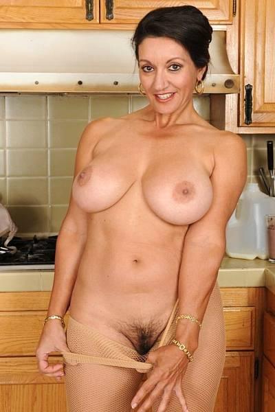 Домашняя фотосессия зрелой грудастой женщины с мохнатой пиздой