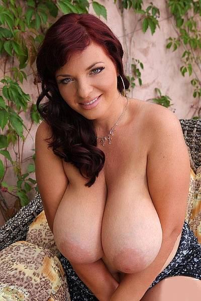 Соблазнительная зрелая бабенка с огромными грудями растопырила свое горячее влагалище