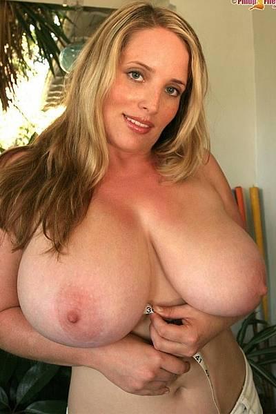Женщина демонстрирует свои большие натуральные сиськи