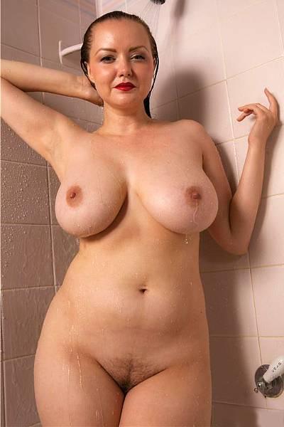 Женщина с красивой попкой и шикарной натуральной грудью принимает душ