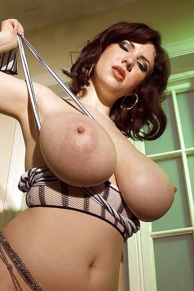 Карина Харт показывает свои огромные голые сиськи