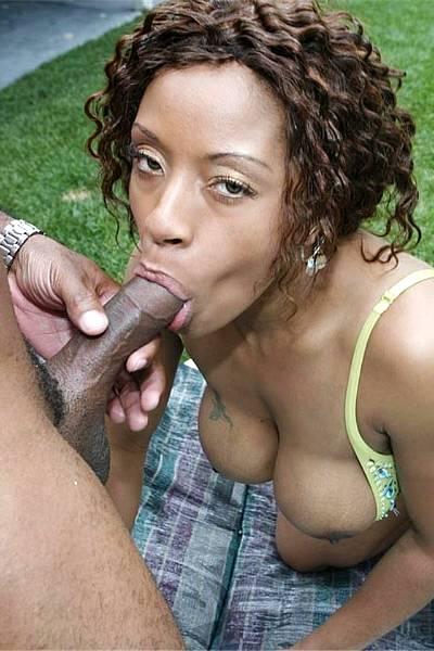 Толстожопая сисястая негритянка ебется с любовником на улице
