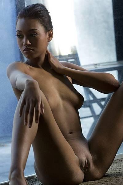 Эротические фото молодой сексуальной мулатки