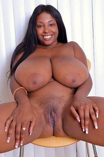 Голая негритянка с огромными сиськами и большой жопой позирует на фотосессии
