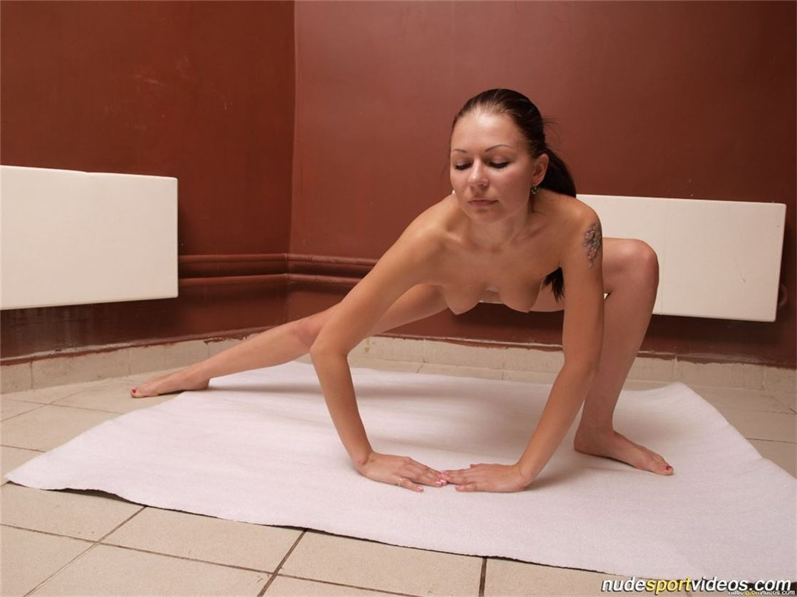 Голые занимаются гимнастикой