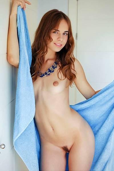 Голая худенькая девка Грейс после ванны скинула полотенце и позирует на кровати