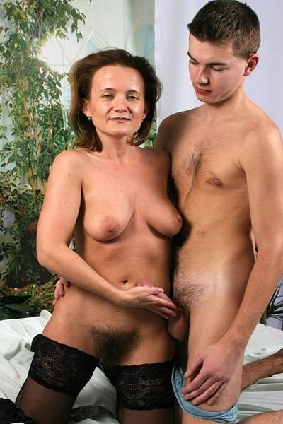Похотливая женщина совратила молодого парня своей небритой промежностью