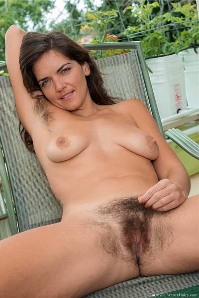 Кэтти разделась на балконе и показывает свои волосатые места