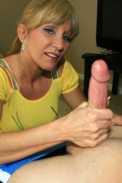 Зрелая женщина мастурбирует хуй молодому любовнику
