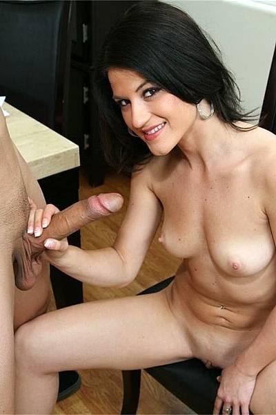 Девушка пристала к своему парню и подрочила ему пенис