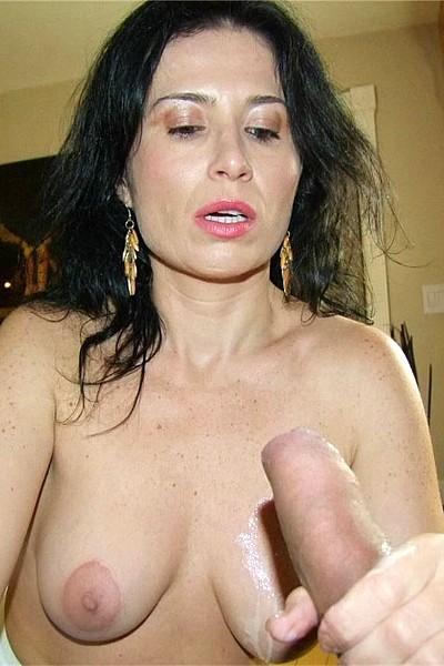 Зрелая брюнетка яростно мастурбирует хуй любовнику