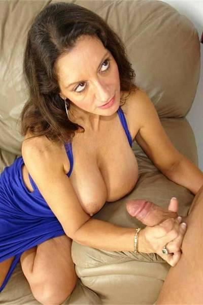 Зрелая тетка с большими титьками любит подергать за пенис молодых парней