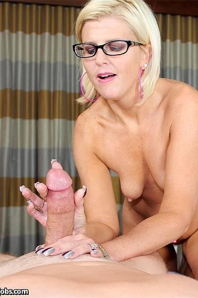 Зрелая блондинка нежно дрочит возбужденную елду своего хахаля