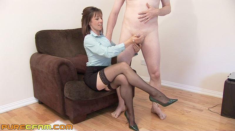 Девушка мастурбирует своему парню видео