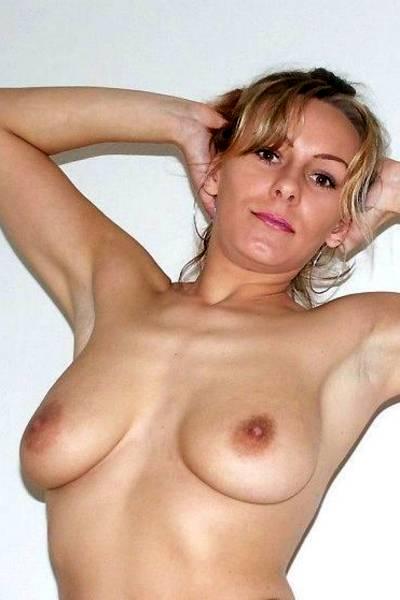Домашняя эротическая фотосессия с сексуальной блондинкой