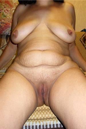 Сисястая зрелая женщина растопырила свое большое похотливое влагалище