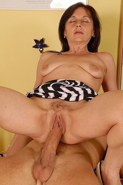 50-летняя женщина с дряхлыми сиськами трахается с молодым любовником