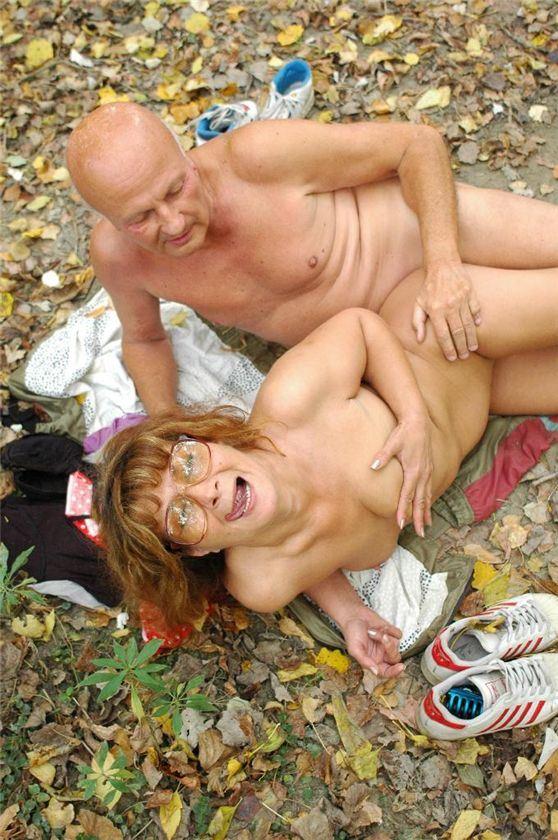 Порно бабушка трахается дедушкой в лесу