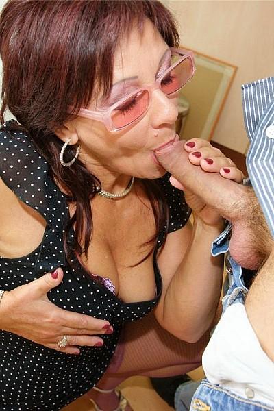 Чувак выебал зрелую бабу и кончил ей в побритое влагалище