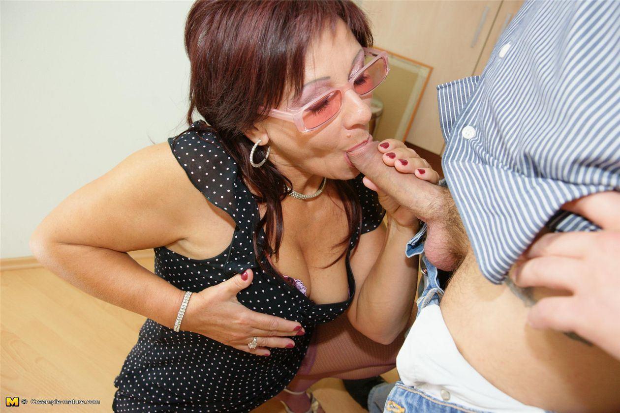 Выебать зрелую бабу девушку под одеждой