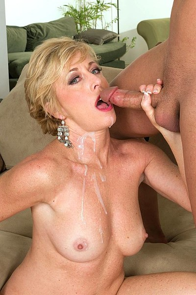 Зрелая горячая блонди любит, когда ее жестко трахают и кончают в ротик