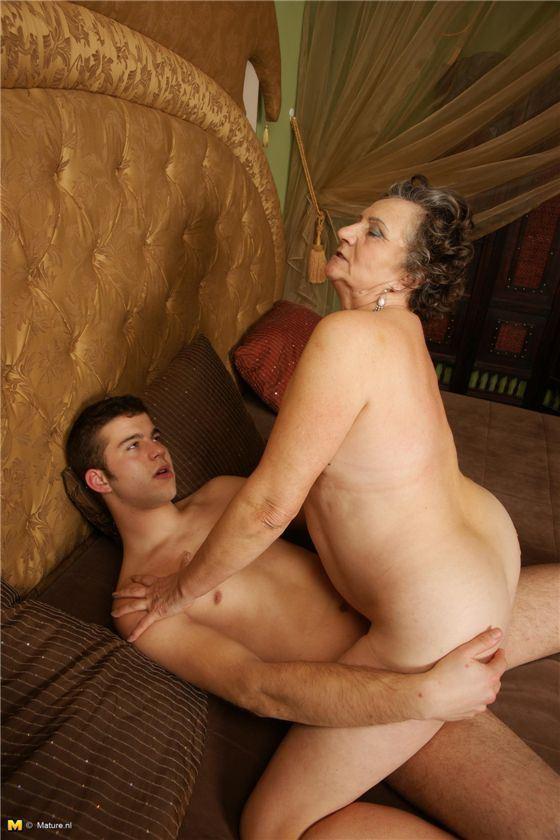 Порно з бабушкой на даче 15054 фотография