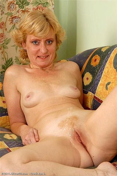 Пожилая блондинка кайфует, когда хахаль лижет ей пизду