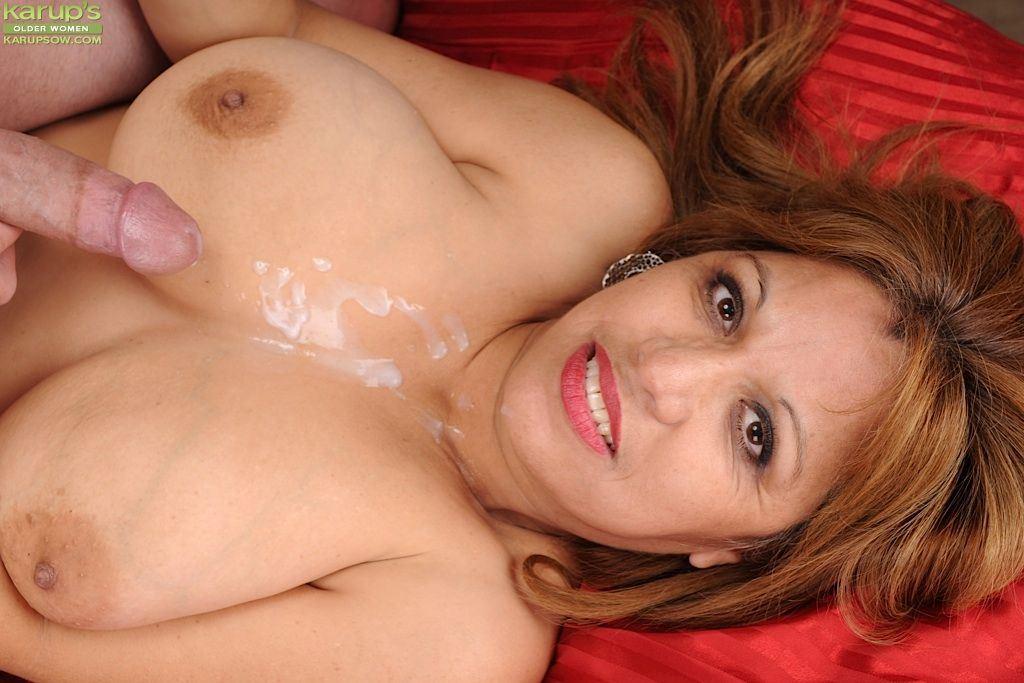 Невинная брюнетка с крошечными сиськами  Красивые голые