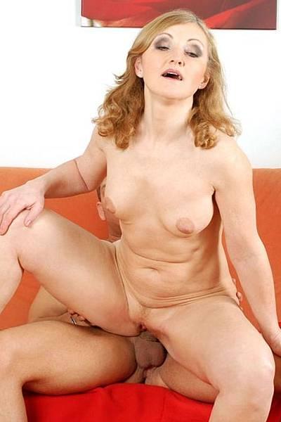 Женщина с хорошей фигурой в сексе предпочитает молодых мужчин