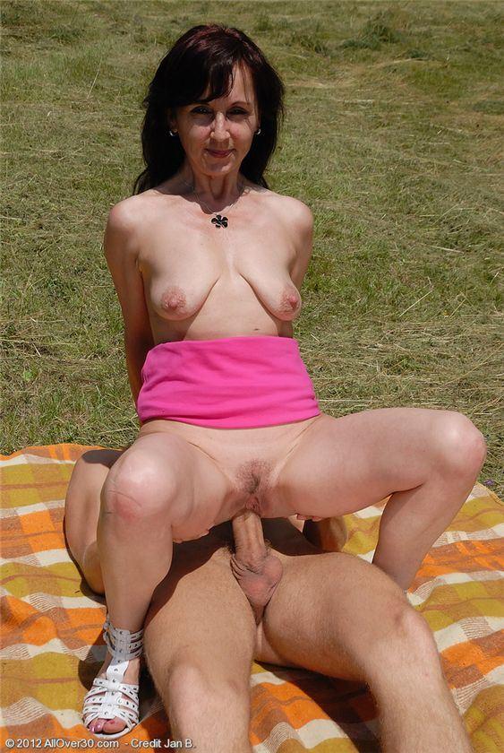маленькие сиськи зрелых дам порно фото
