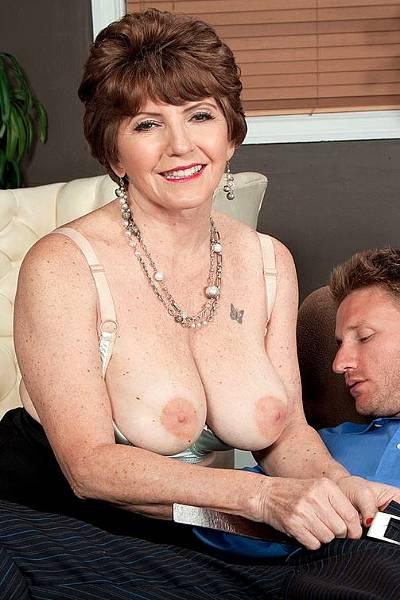 Парень не смог отказать пожилой женщине, когда она попросила выебать ее