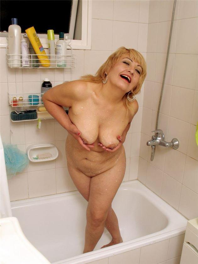 фото жен в ванной ню