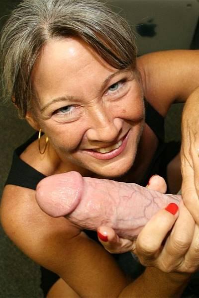 Распутная старая женщина дрочит хуй молодому парню