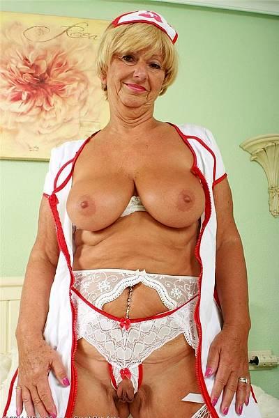 Старая распутная сучка в сексуальной медицинской униформе