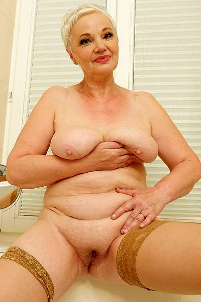 Целлюлитная сиськастая старушонка мастурбирует в ванной