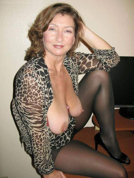 Брэнди положила свои большие голые сиськи на ноги водителю и свободно дрюкала таксисту пенис под муз