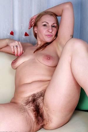 Зрелая мадам показала свои плоские титьки и густо заросшую промежность
