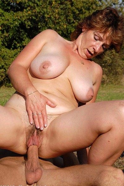 молодые парни трахают на природе зрелую женщину