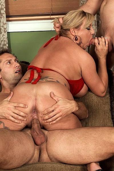 Отличная групповуха с участием зрелой сисястой женщины и двух молодых мужчин